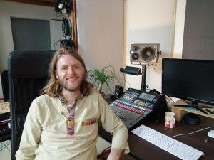 Christian Grothe ist ein Musiker und Musikproduzent aus Berlin.  Er tritt als Solokünstler unter dem Namen Kryshe auf und spielt eine Mischung aus Ambient, Jazz und experimenteller Musik.  https://kryshe.com