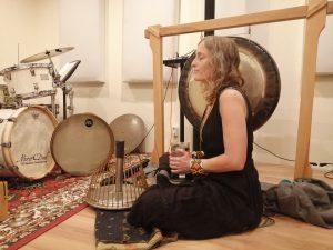 Sofia Uguccioni ist Gründerin des Casa Cacao, Kundalini Yogalehrerin und Künstlerin.   Sie kreiert Klangreisen mit magischen Instrumenten und nimmt ihr Publikum mit Ozeandrum und Wasserharfe auf eine Reise in die Tiefsee.    https://casacacao.club